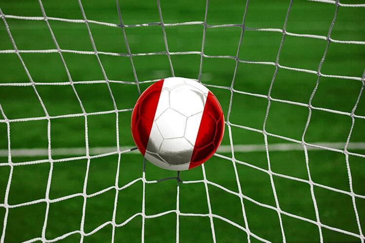 Pelota-de-futbol-de-Perú-en-las-redes-del-arco