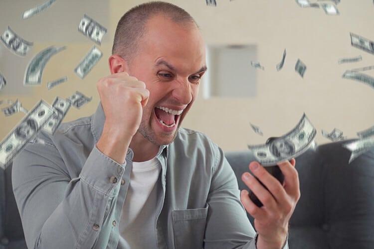 Persona-apostando-y-ganando-dinero