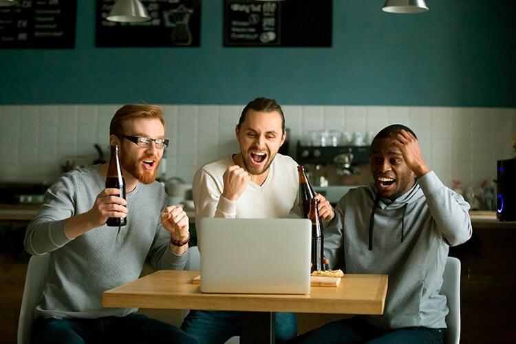 Tres-personas-festejando-sus-apuestas-de-futbol