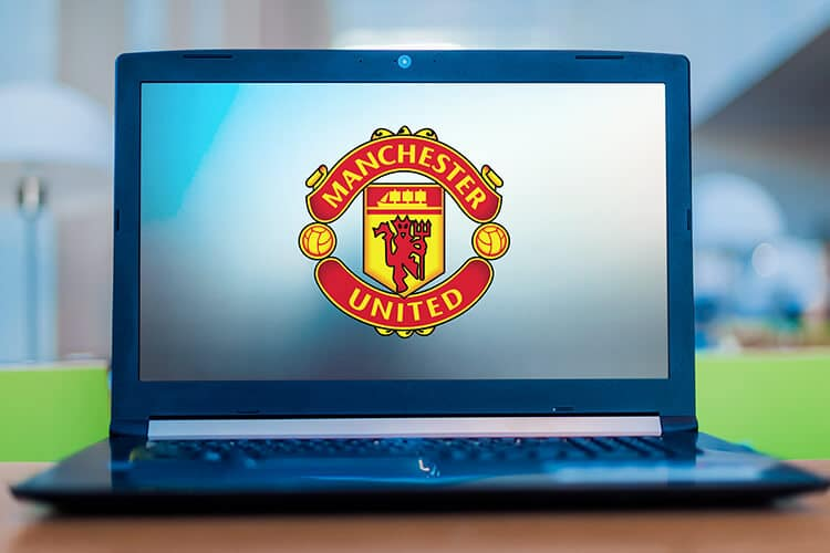 computadora-con-el-escudo-de-manchester-united-en-la-pantalla