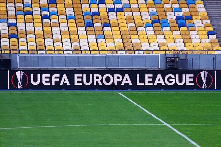 estadio-de-fútbol-campo-de-fútbol-que-se-ven-las-tribunas-y-se-ve-el-cartel-de-publicidad-con-el-logo-de-europa