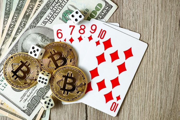 monedas-de-bitcoins-sobre-billetes-de-100-dólares-cartas-de-poker-y-dados-billetes-de-100-dólares-cartas-de-poker-10-de-picas-cuatro-dados