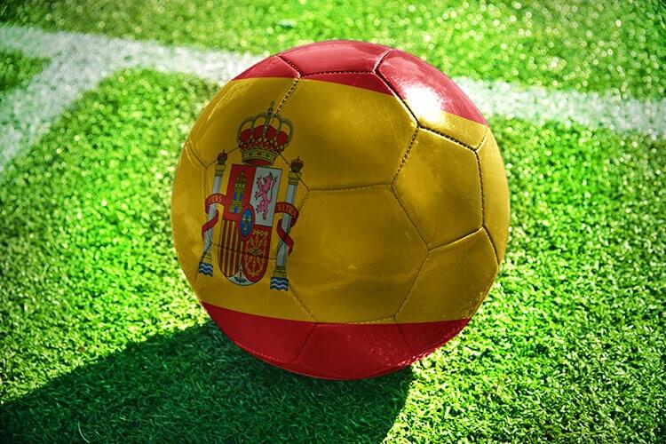 pelota-de-fútbol-pintada-con-los-colores-de-la-bandera-española-sobre-el-césped-de-un-campo-de-fútbol-bandera-española-pelota-de-fútbol
