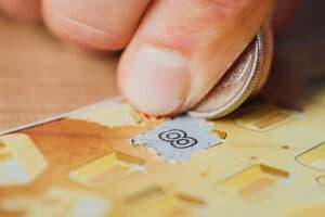 persona-ganando-dinero-persona-raspando-un-cartón-moneda-raspadita-como-las-de-te-apuesto-