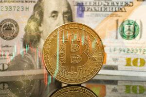 un-bitcoin-delante-de-un-billete-de-100-dólares-billete-de-100-dólares-Benjamin-Franklin-moneda-representativa-de-bitcoin