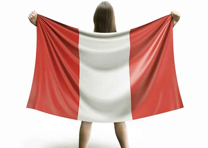 Mujer-alentando-a-peru-con-la-bandera- Apuestas deportivas Peru